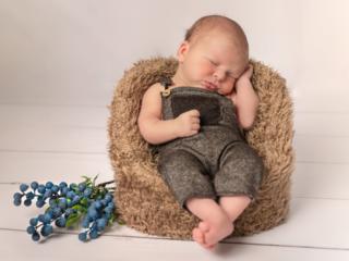 Newborn schlafend im Sessel