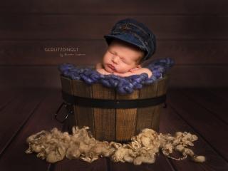 Newbornbild vor dunklem Hintergrund