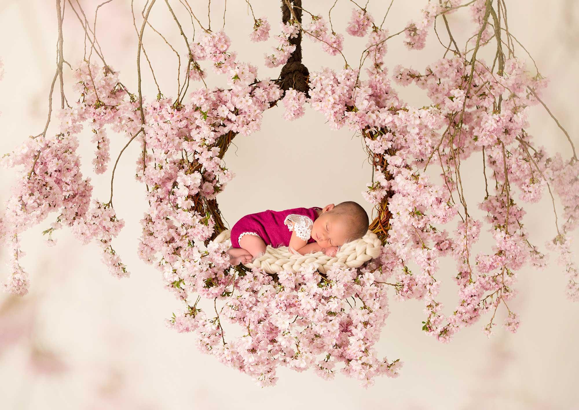 Babyshooting mit vielen Blumen